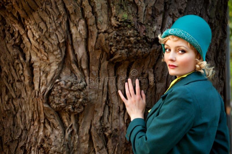 Rijpe vrouw die retro vilten hoed draagt royalty-vrije stock foto's