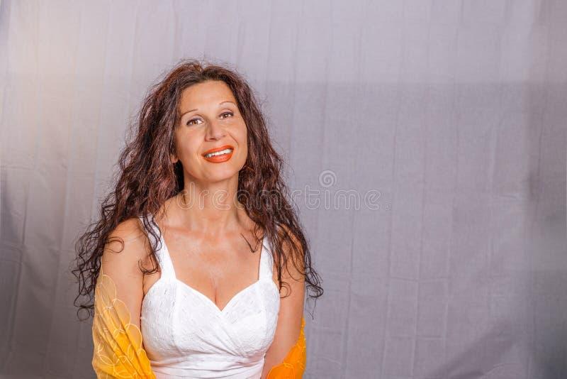 Rijpe vrouw die sjaal dragen royalty-vrije stock fotografie
