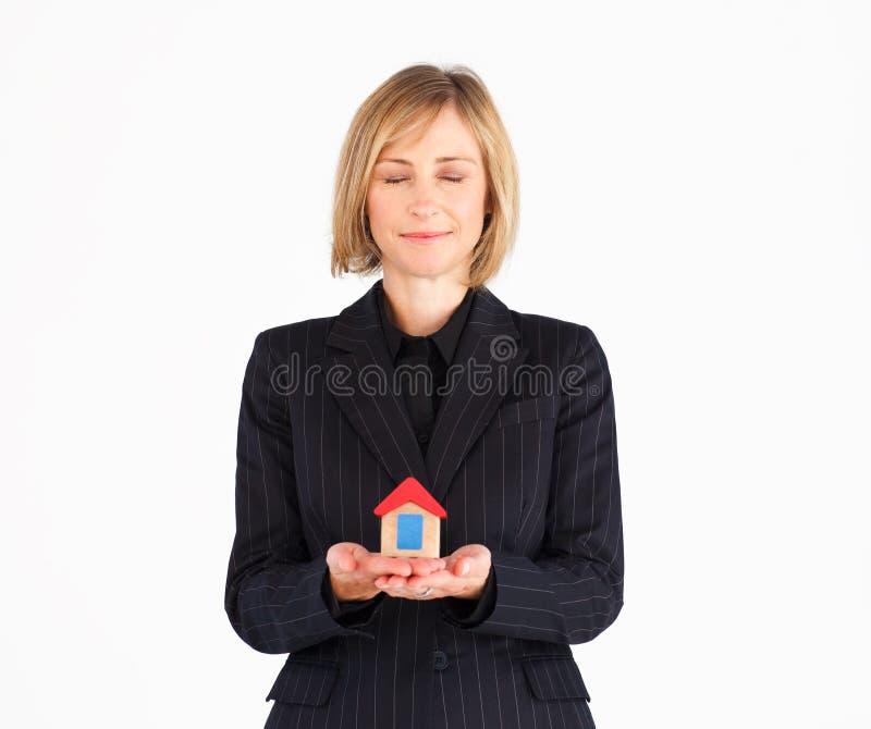 Rijpe vrouw die van nieuw huis droomt royalty-vrije stock afbeelding