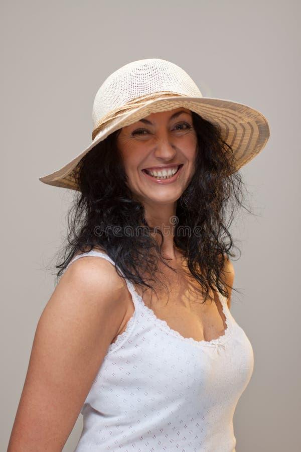 Rijpe Vrouw In Een Strohoed Stock Foto's