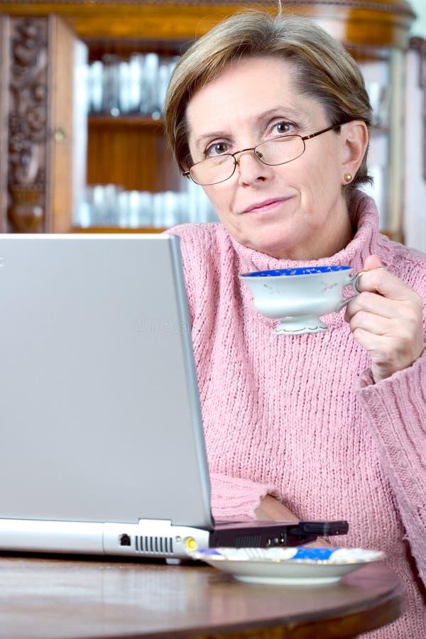 Rijpe vrouw en laptop royalty-vrije stock foto