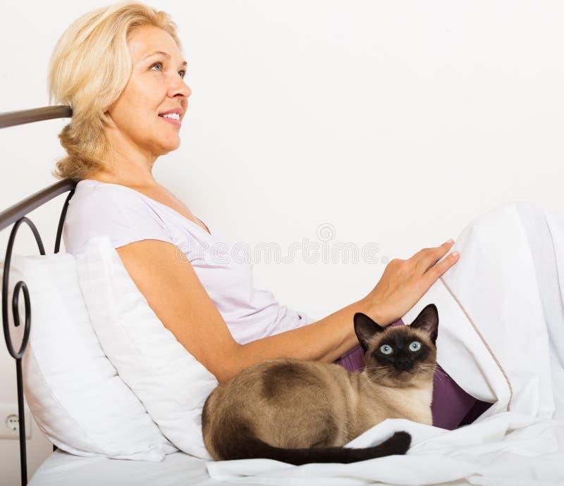 Rijpe vrouw met kat stock afbeeldingen