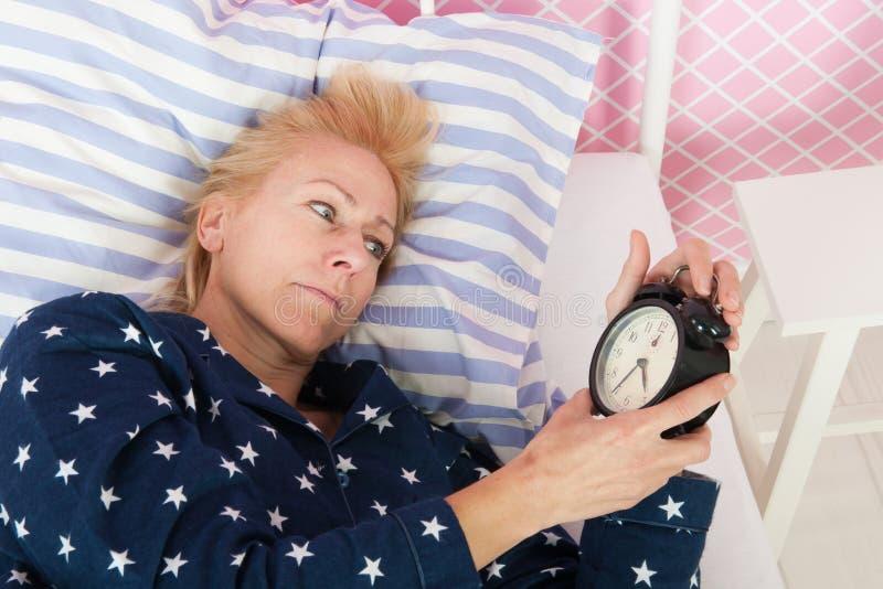 Rijpe vrouw met slapeloosheid stock fotografie