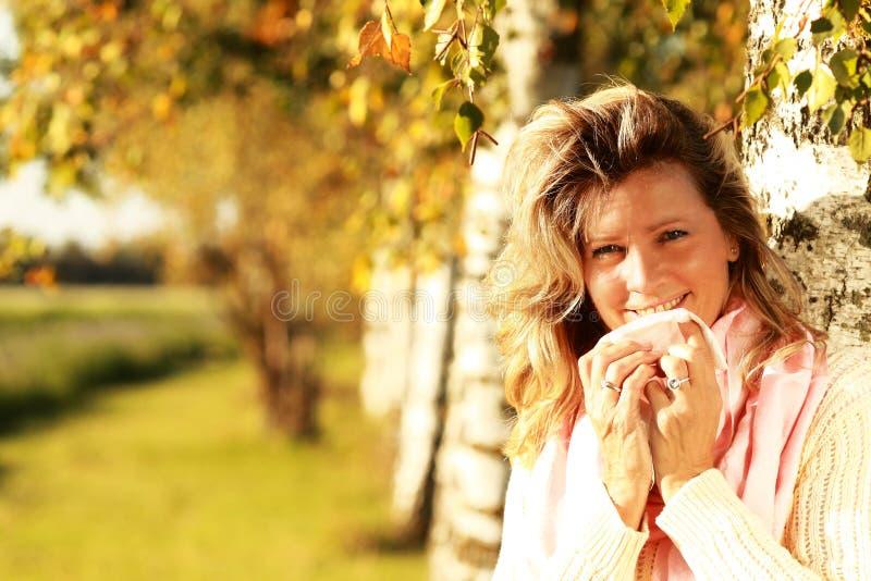 Rijpe vrouw met zakdoek en koude openlucht royalty-vrije stock afbeelding