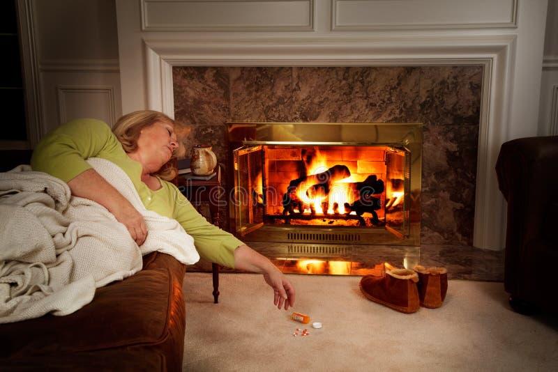 Rijpe vrouw in slaap door brand royalty-vrije stock foto