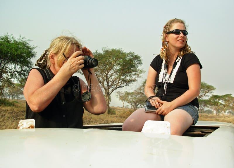 Rijpe vrouw & volwassen dochter op safari Afrika stock afbeelding