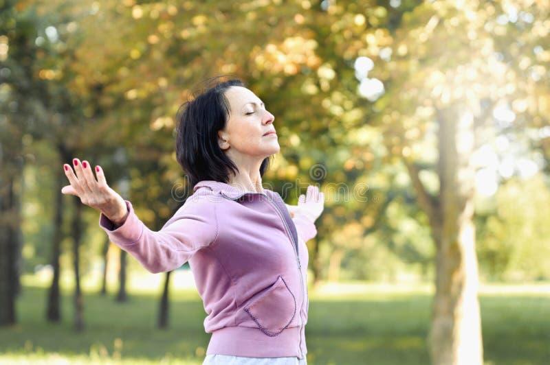 Rijpe vrouwenagent die een rust na het lopen in het park nemen royalty-vrije stock foto's