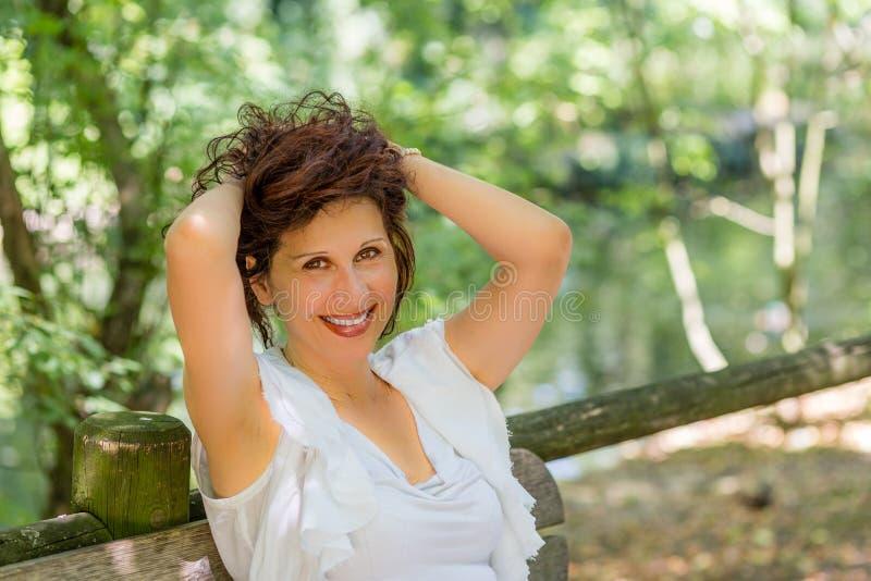 Rijpe vrouwenglimlachen stock fotografie