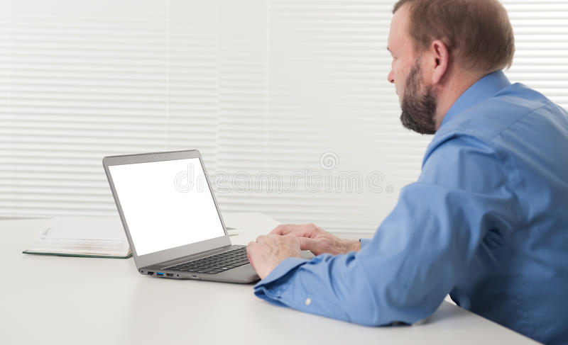 Rijpe zakenman die aan zijn laptop werken royalty-vrije stock fotografie