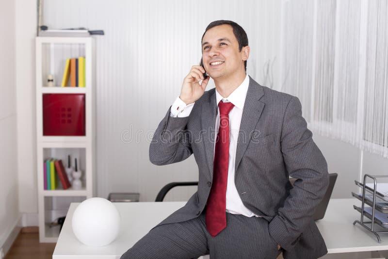 Rijpe zakenman die op de telefoon spreekt royalty-vrije stock foto's