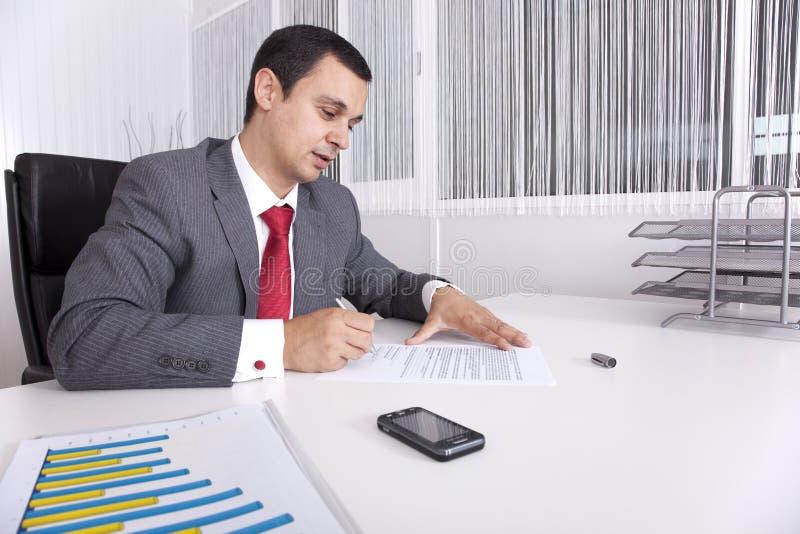 Rijpe zakenman die op het kantoor werkt royalty-vrije stock fotografie