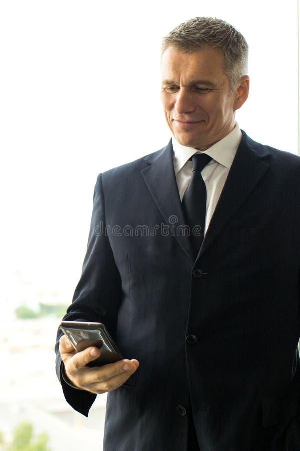 Rijpe zakenman die smartphone gebruiken royalty-vrije stock afbeeldingen