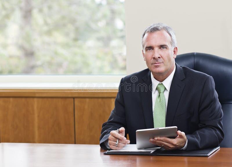 Rijpe Zakenman die tabletcomputer met behulp van royalty-vrije stock foto