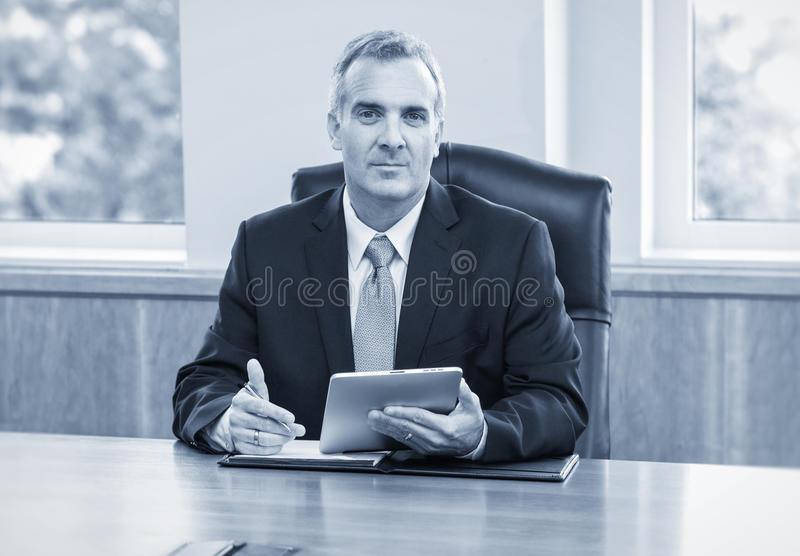 Rijpe Zakenman die tabletcomputer met behulp van royalty-vrije stock foto's