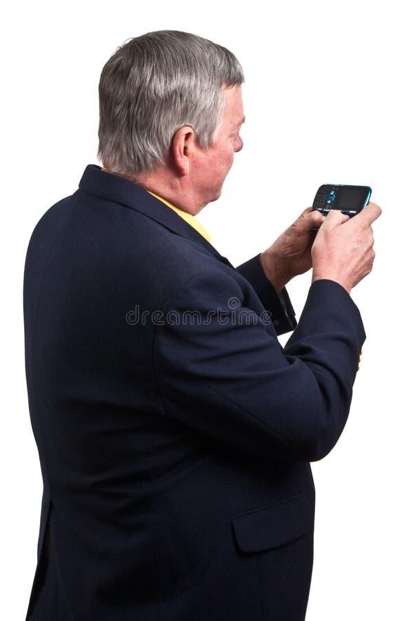 Rijpe zakenman die tekstbericht verzendt stock foto's