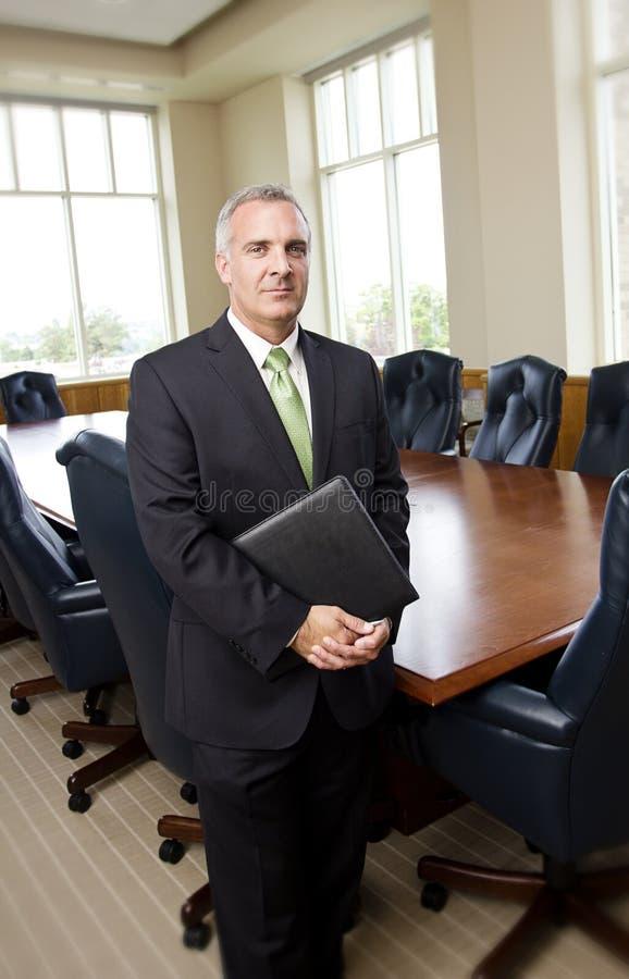 Rijpe Zakenman in een Conferentiezaal royalty-vrije stock afbeeldingen