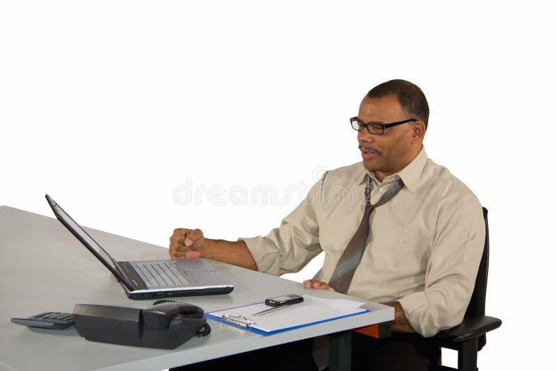 Rijpe zakenman met laptop die goed nieuws ontvangt royalty-vrije stock foto