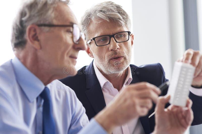 Rijpe zakenman twee die businessplannen bespreken royalty-vrije stock foto's