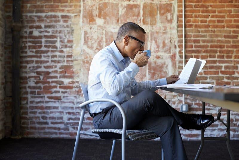Rijpe Zakenman Working On Laptop in Bestuurskamer royalty-vrije stock fotografie