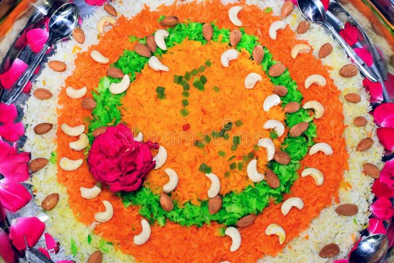 Rijst die met bloemen en droge fruit_sweetbraadpan wordt verfraaid, in staal plat stock fotografie