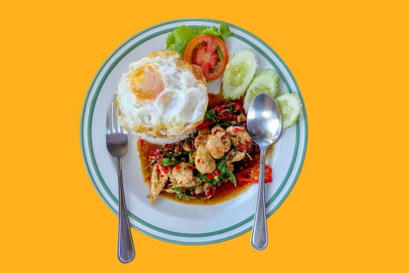 Rijst door Stirred-chicken en gebraden ei met basilicumbladeren dat wordt bedekt stock afbeelding