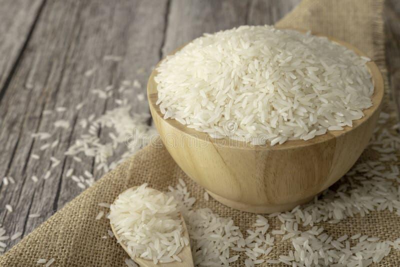 Rijst in een bruine kom op de houten lijst stock fotografie