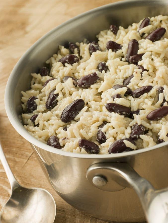 Rijst en Bonen in een Steelpan stock fotografie