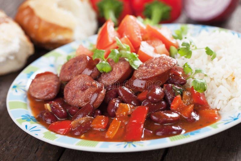 Rijst en rode nierbonen met worst stock afbeelding