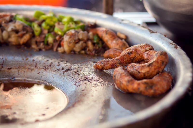 Rijst-gevulde worsten genoemd Mombar en groenten op de plaat royalty-vrije stock afbeeldingen