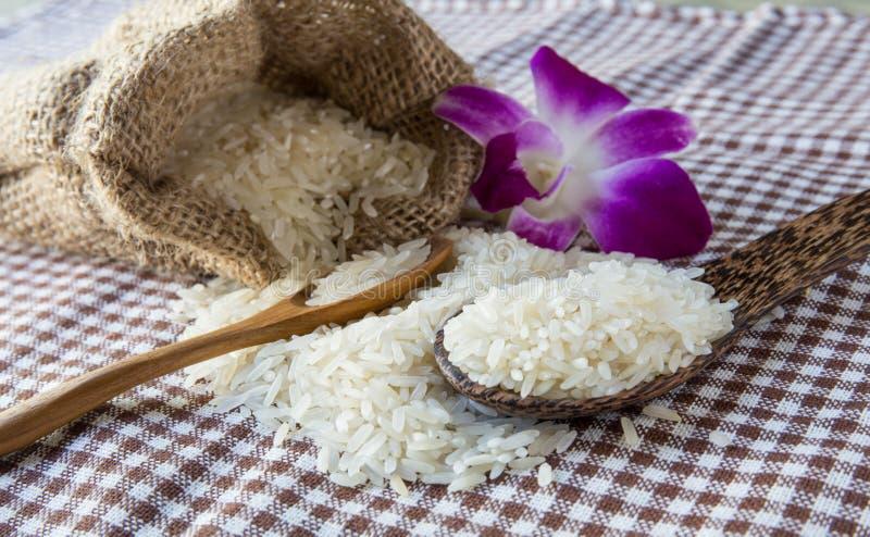 Rijst in kleine jutezak stock foto