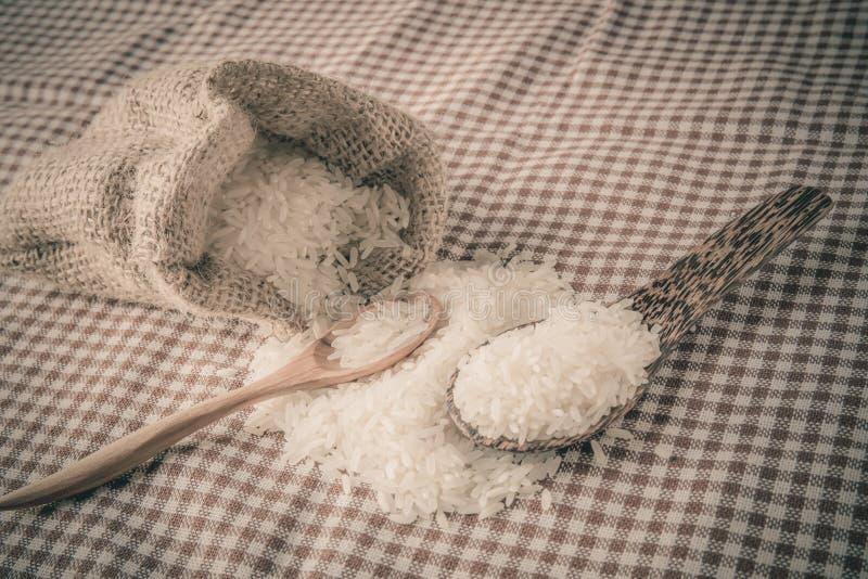 Rijst in kleine jutezak royalty-vrije stock fotografie