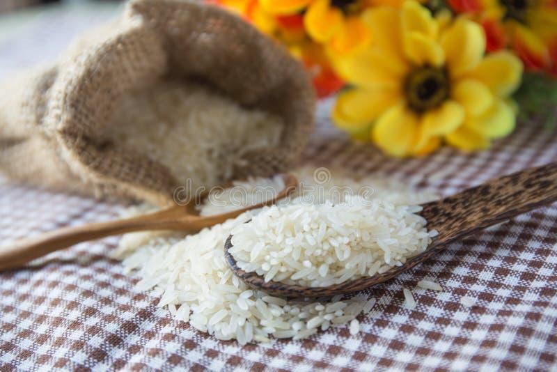 Rijst in kleine jutezak royalty-vrije stock afbeelding