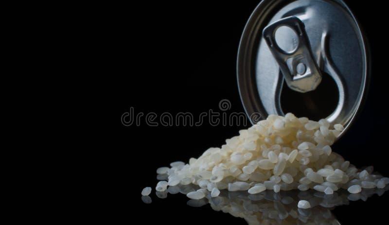 Rijst in kruikkok, droog dieet, gezonde korrel, geïsoleerd ingrediënt, aard, voeding royalty-vrije stock afbeeldingen