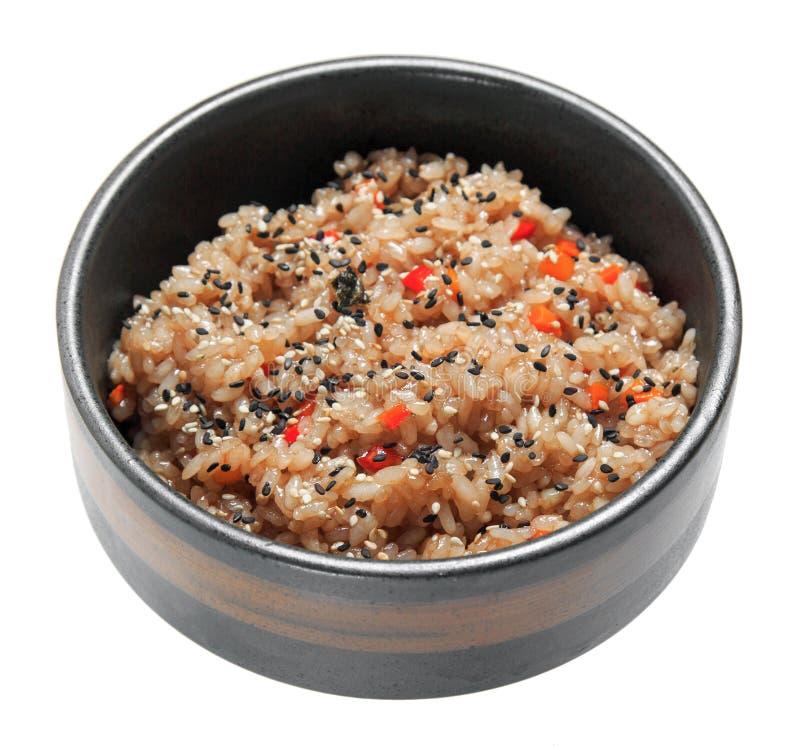 Rijst met groenten en sesam in de zwarte kom Geïsoleerdj op witte achtergrond royalty-vrije stock fotografie