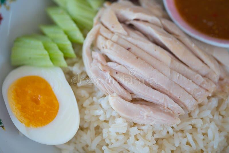 Rijst met hainanese die de kippenrijst wordt van de kippensoep met ei wordt gediend gestoomd dat royalty-vrije stock foto