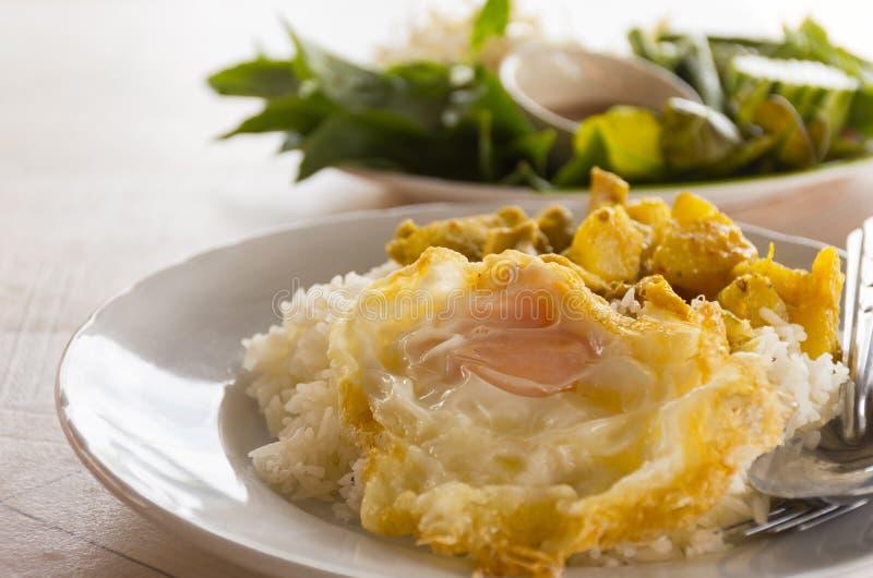Rijst met kerrie Thaise stijl en groente met Spaanse peperdeeg op lijst Het straatvoedsel van Thai, sluit omhoog stock afbeeldingen