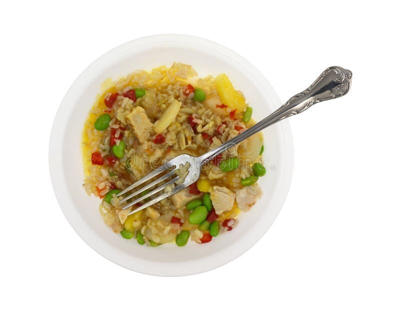 Rijst met kip en groenten in een kom stock foto's