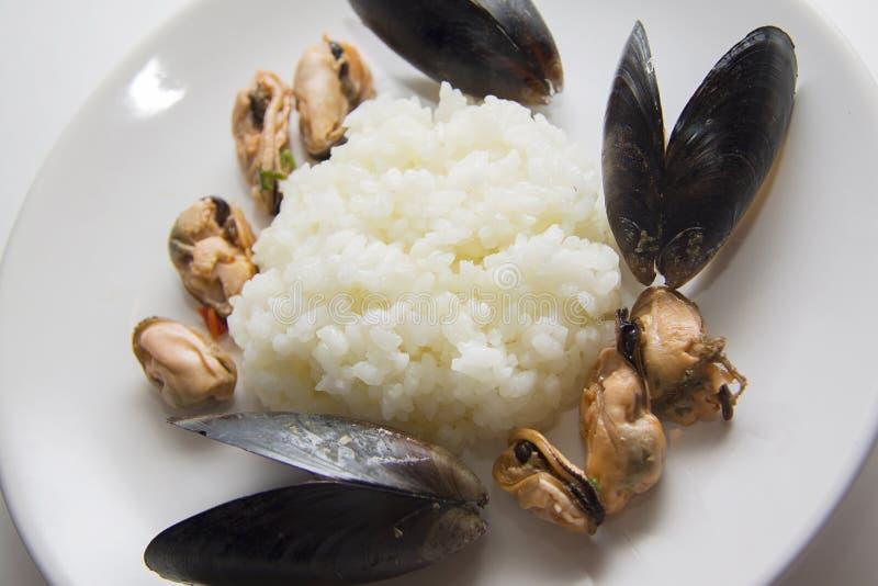 Rijst met mosselen wordt gekookt die stock afbeelding