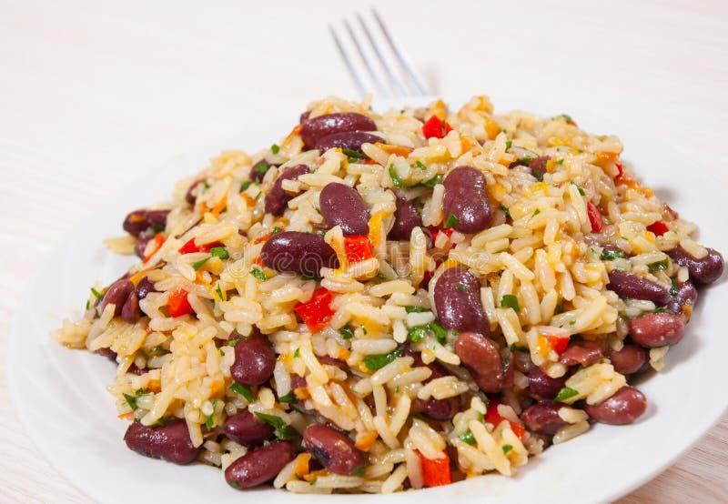 Rijst met rode bonen en groenten stock afbeelding