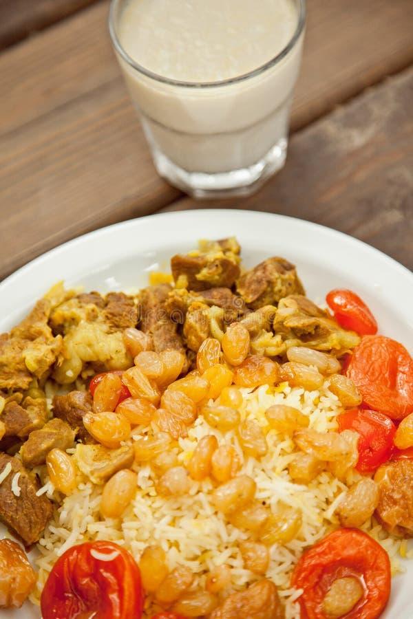 Rijst met vlees en rozijnen stock foto's