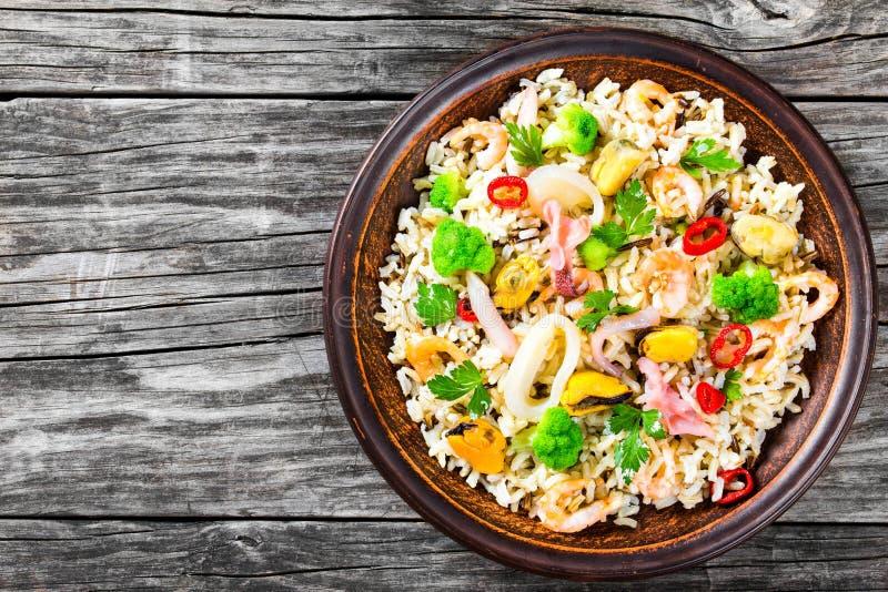 Rijst met zeevruchten en broccoli in een kom, hoogste mening stock fotografie