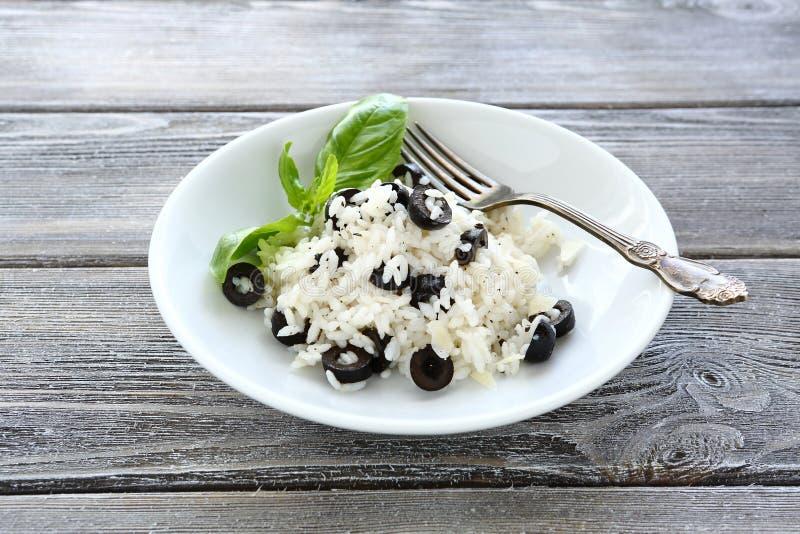 Rijst met zwarte olijven royalty-vrije stock foto's