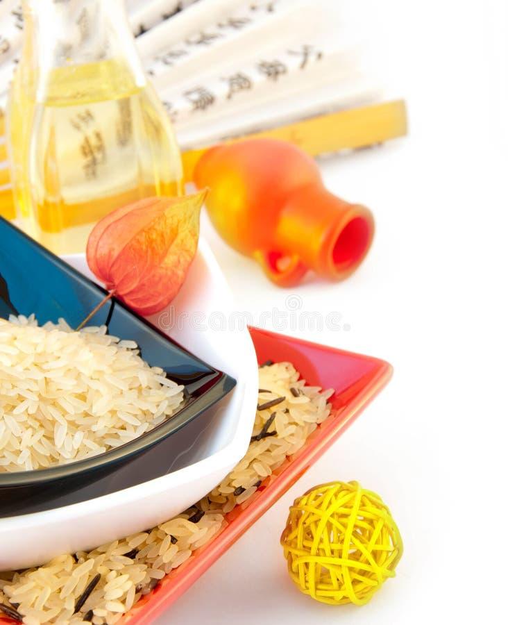 Rijst in multi-colored platen stock foto's