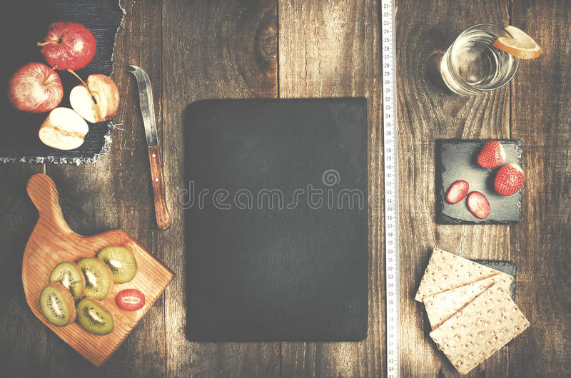 Rijstbrood, glas water en gezonde vruchten op houten backgrou stock fotografie