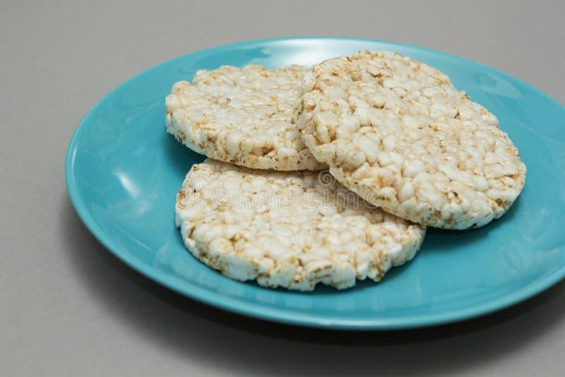 Rijstbrood op een blauwe plaat stock foto's