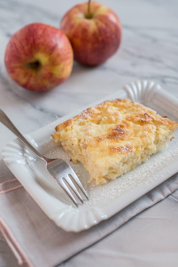 Rijstcake met appelen op een plaat royalty-vrije stock afbeelding