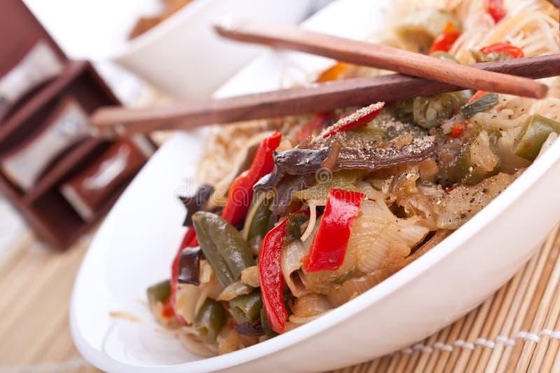 Rijstnoedels met groenten stock afbeeldingen