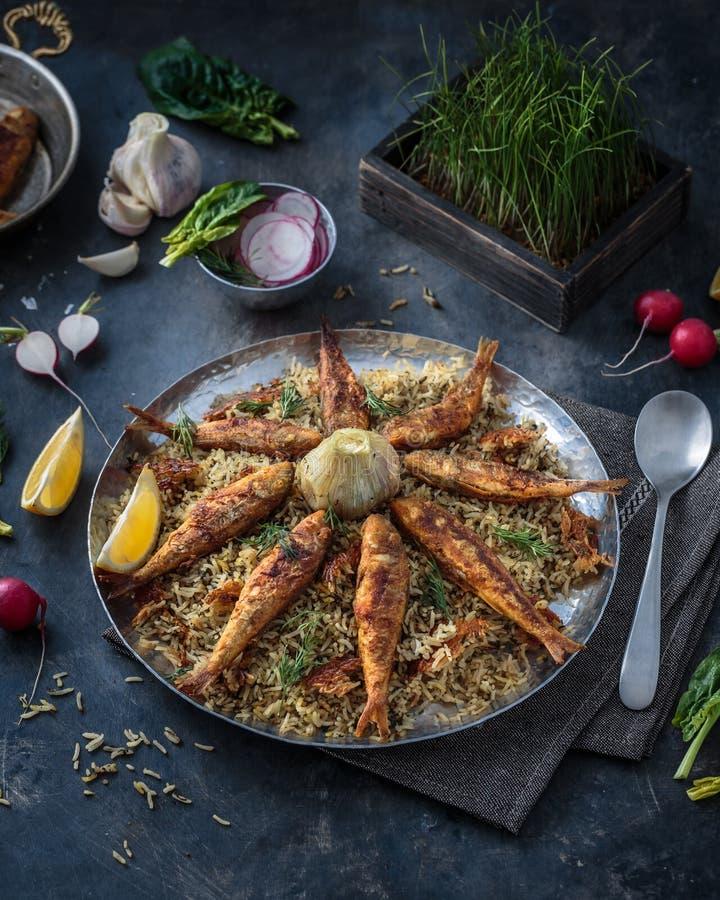 Rijstpilau met verschillende kruiden en vissen Perzische keuken stock afbeelding