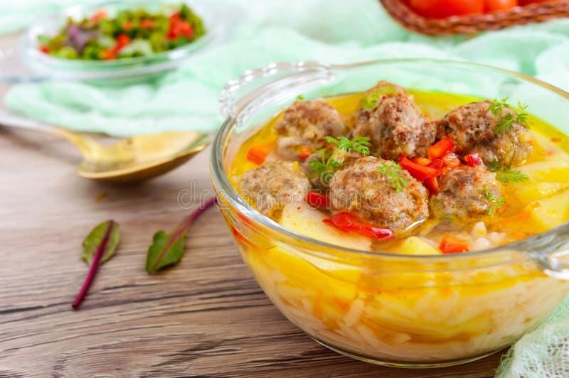 Rijstsoep met vleesballen en groenten in een transparante glaskom royalty-vrije stock afbeeldingen