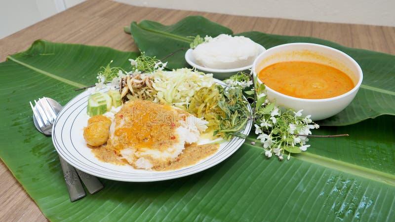 Rijstvermicelli met de saus van de vissenkerrie en plantaardig Thais voedselse stock foto